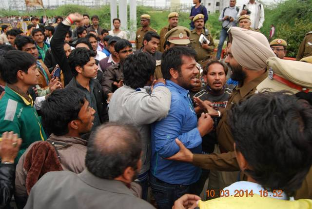 momineen having strong confrontration with police.jpg